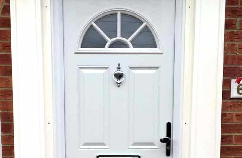 Pris d'une porte en PVC semi vitrée