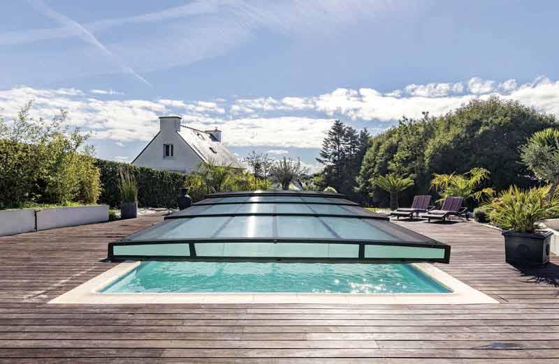 Choisir sa couverture de piscine : les abris de piscine