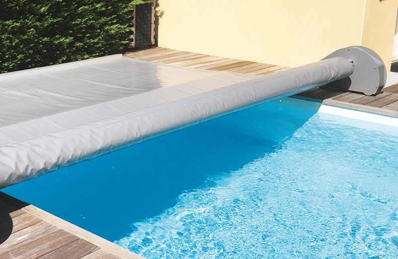 Choisir sa couverture de piscine : les couvertures et bâches légères
