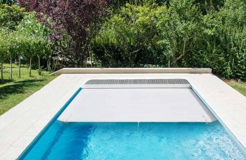 Choisir sa couverture de piscine : le volet roulant