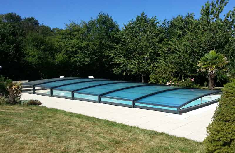 Choisir un abri de piscine bas