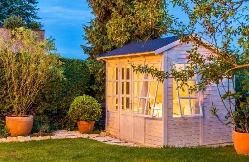 Un abri de jardin pourvu de toutes les commodités