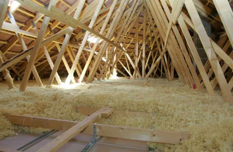 Isolation de la toiture d'une maison en pierre
