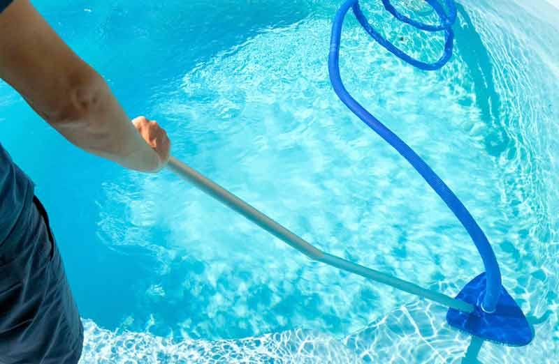 Retrouver une eau de piscine bleue : le nettoyage manuel