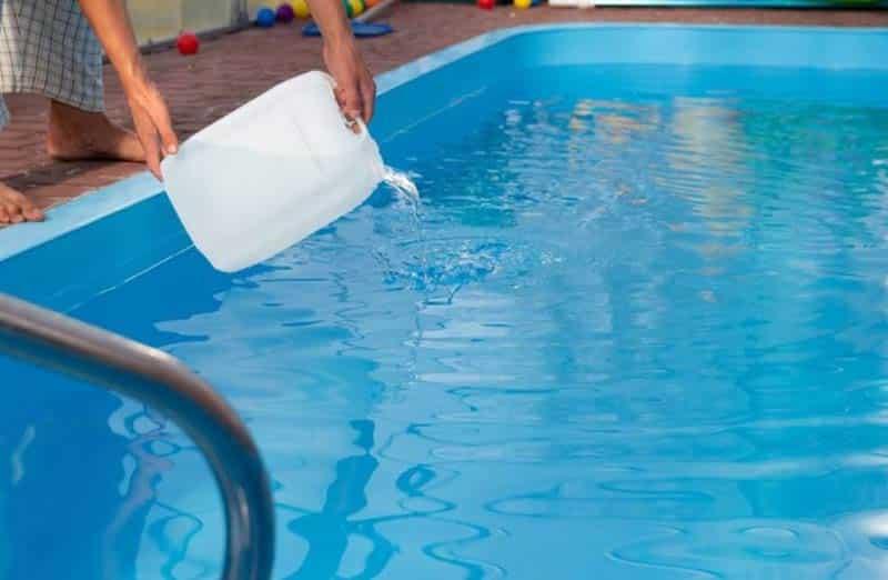 Quels traitements pour désinfecter sa piscine ?