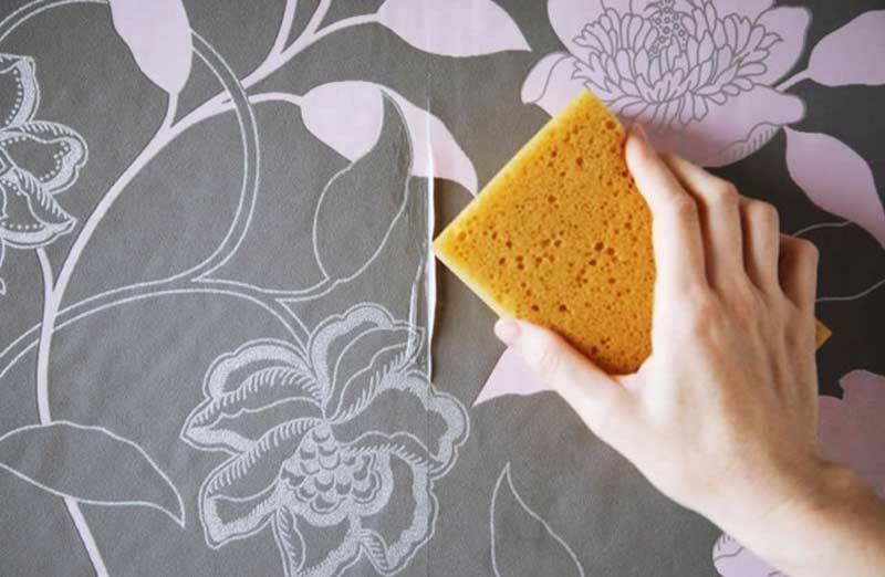 Décoller du papier peint à l'eau chaude