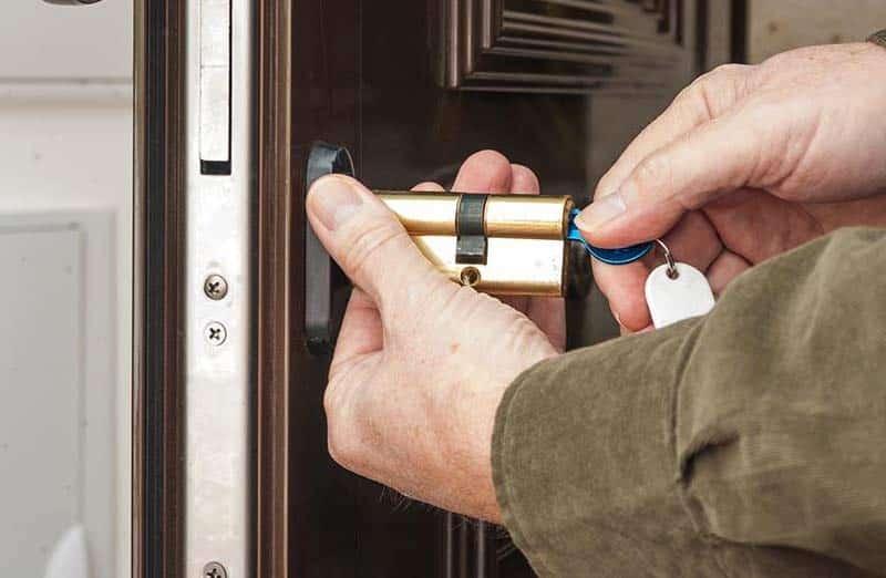 Comment changer un barillet de porte d'entrée ?