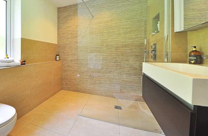 Le carrelage pour le sol d'une douche à l'italienne