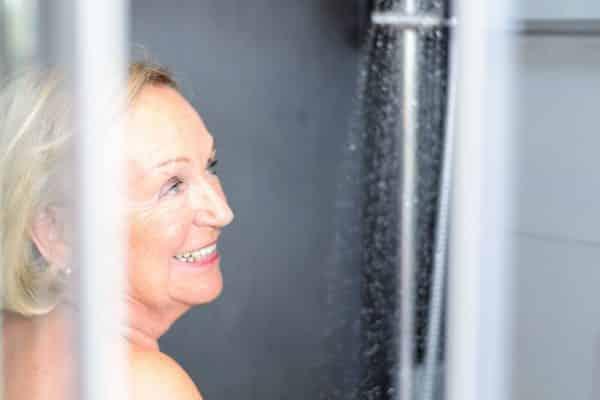 personne âgée profite douche sécurisée ergonomique