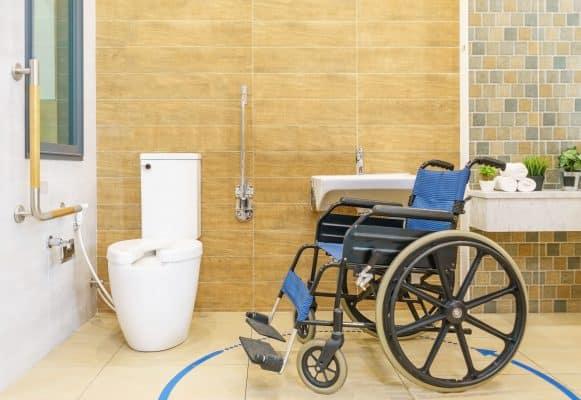 salle de bains adaptée personne en situation de handicap