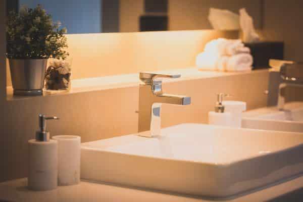 lavabo design salle de bains blanche