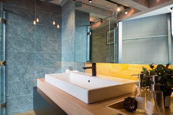 salle de bain bleue moderne lavabo rectangulaire robinet design