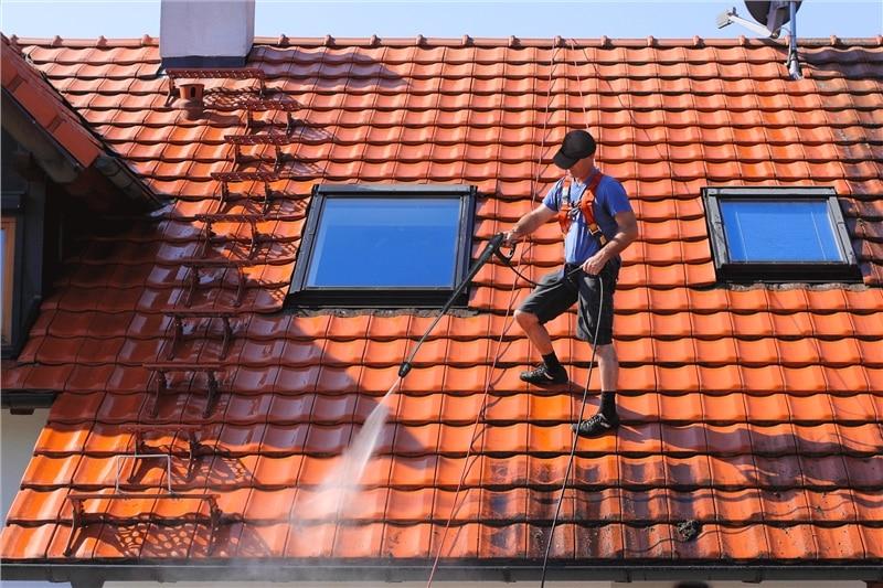 Démousser la toiture