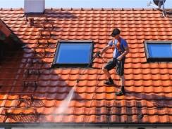 Démoussage de toiture : quand et comment la faire ?